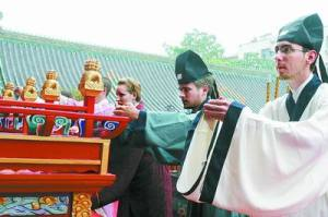 American students paying homage to Confucius at Zhengzhou
